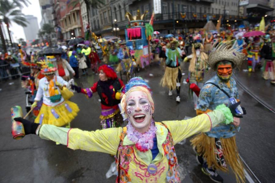 Members of the Mondo Kayo Social and Marching Club parade down St. Charles Avenue on Mardi Gras Day in New Orleans, Louisiana March 4, 2014. REUTERS/Jonathan Bachman  (UNITED STATES - Tags: SOCIETY ENTERTAINMENT) ORG XMIT: JB108